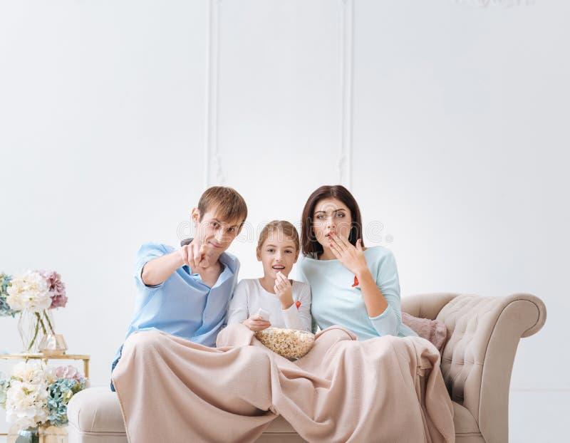 Familia agradable agradable que le mira imágenes de archivo libres de regalías