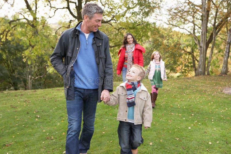 Familia al aire libre que recorre a través de parque imagenes de archivo