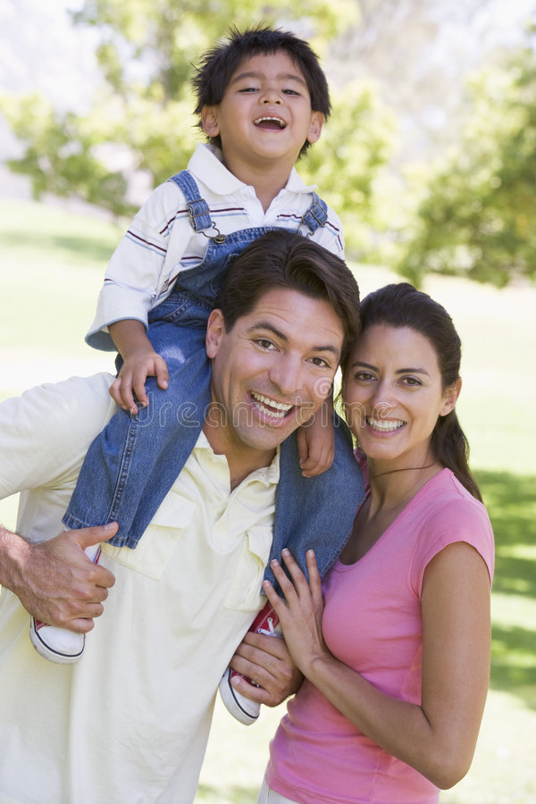 Familia al aire libre que sonríe imagen de archivo libre de regalías