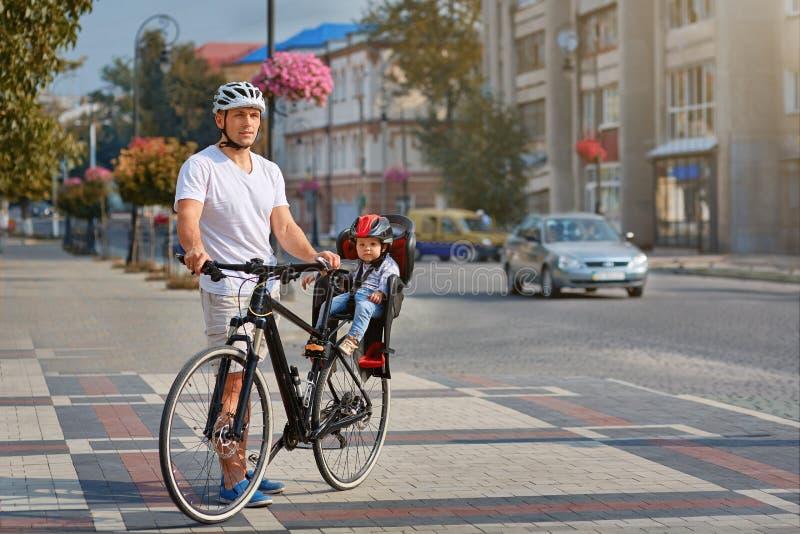 Familia alegre biking en parque imagen de archivo libre de regalías