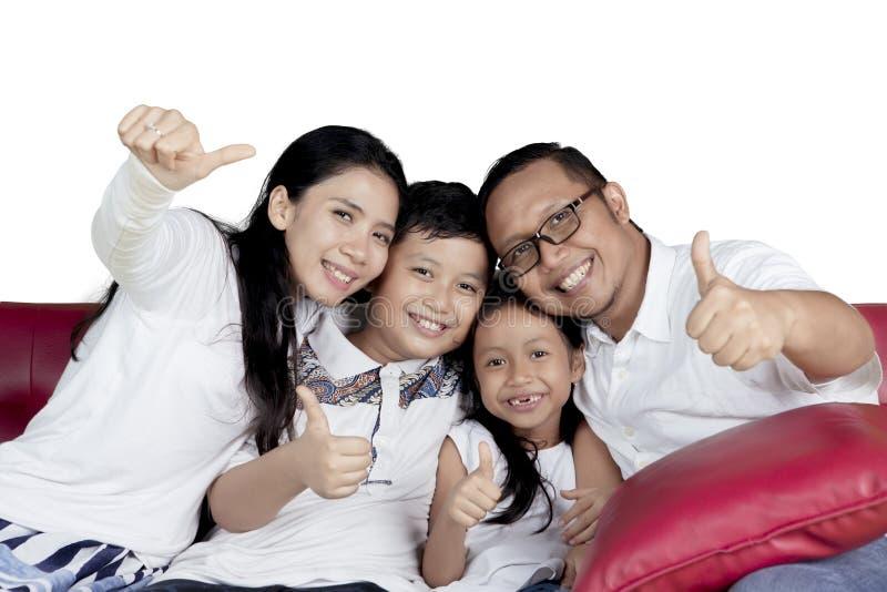 Familia alegre con los pulgares para arriba foto de archivo