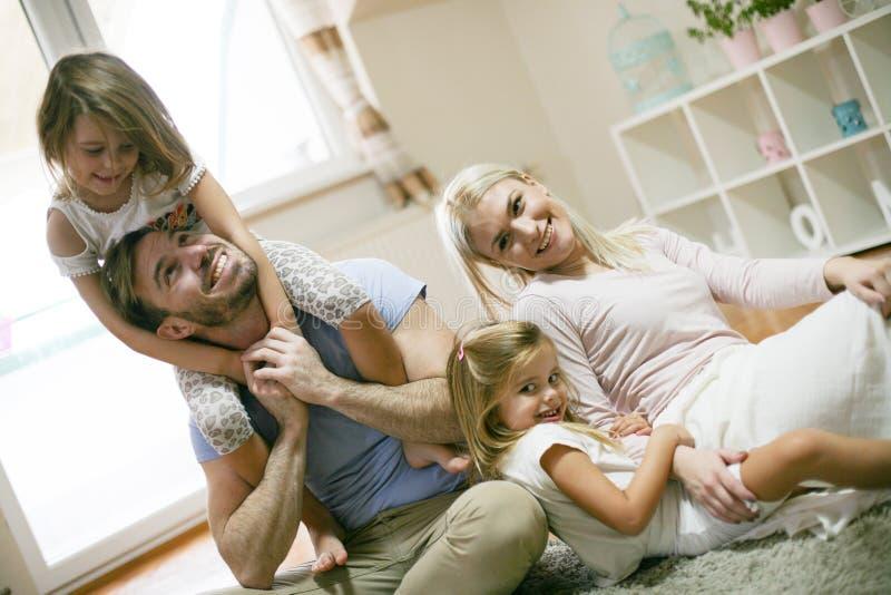 Familia alegre en casa junto fotos de archivo libres de regalías