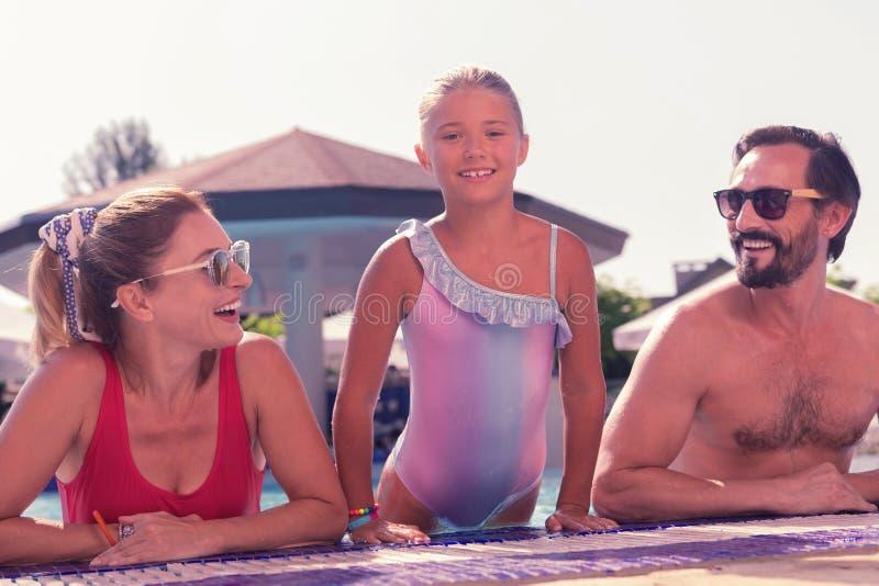 Familia alegre positiva que disfruta de sus vacaciones de verano imagen de archivo libre de regalías
