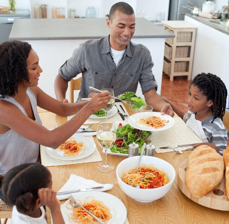 Familia alegre que cena junto imagen de archivo libre de regalías