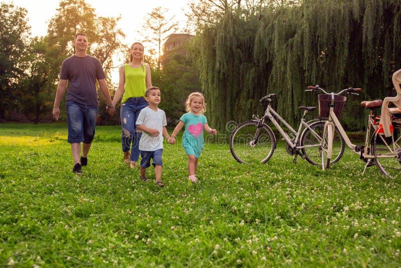 Familia alegre que goza en los niños felices hermosos de la naturaleza wal fotos de archivo libres de regalías