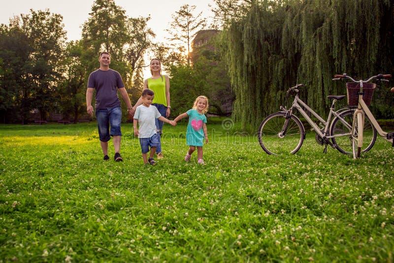 Familia alegre que goza en tiempo divertido de la naturaleza imagenes de archivo