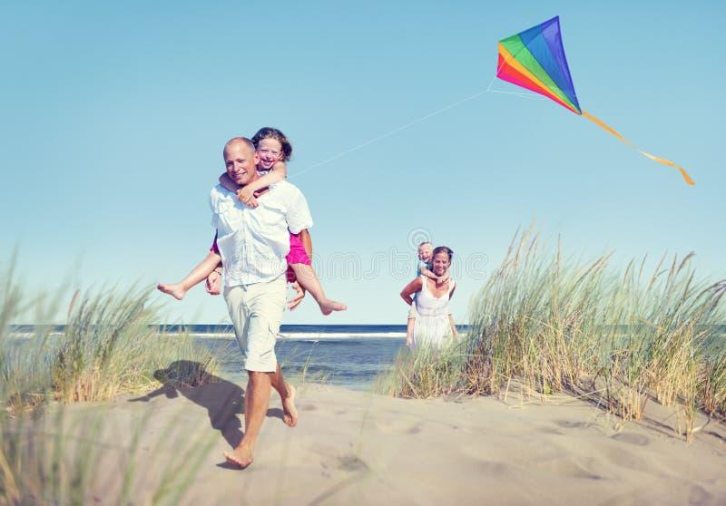 Download Familia Alegre Que Juega Por La Playa Foto de archivo - Imagen de clima, idílico: 41920878