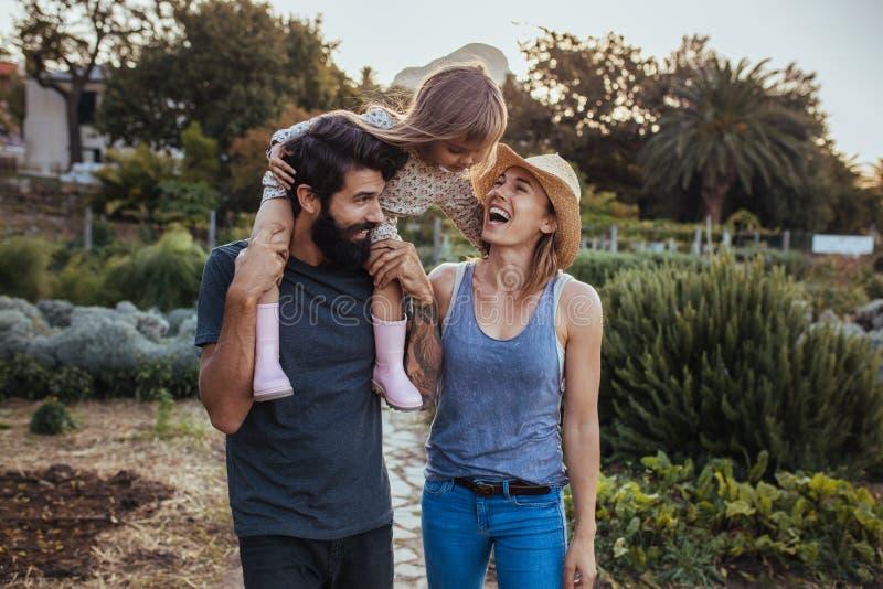 Familia alegre que pasa el tiempo junto en la granja fotografía de archivo libre de regalías