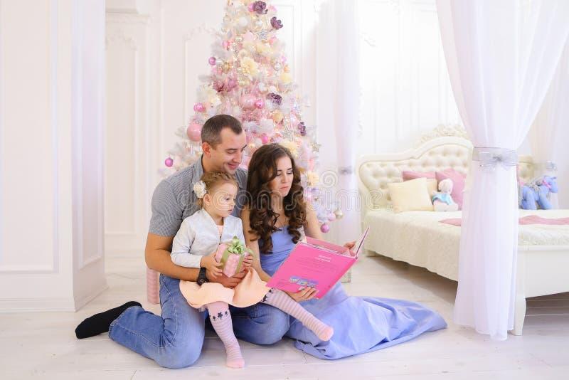 Familia alegre que tiene ocio, risa y sonrisa de la diversión junto adentro imagen de archivo