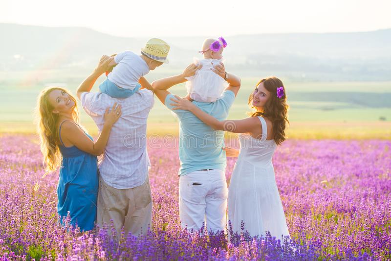 Familia amistosa dos en un campo de la lavanda foto de archivo