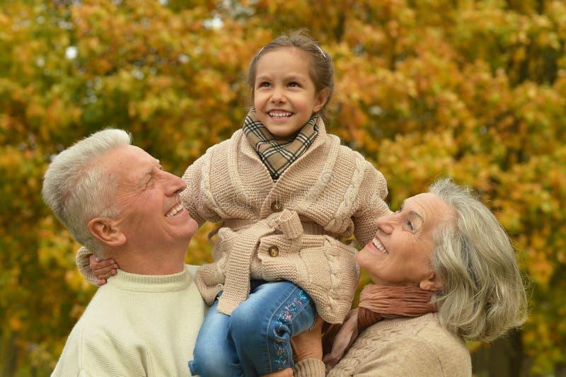 Familia amistosa en parque del otoño fotos de archivo libres de regalías