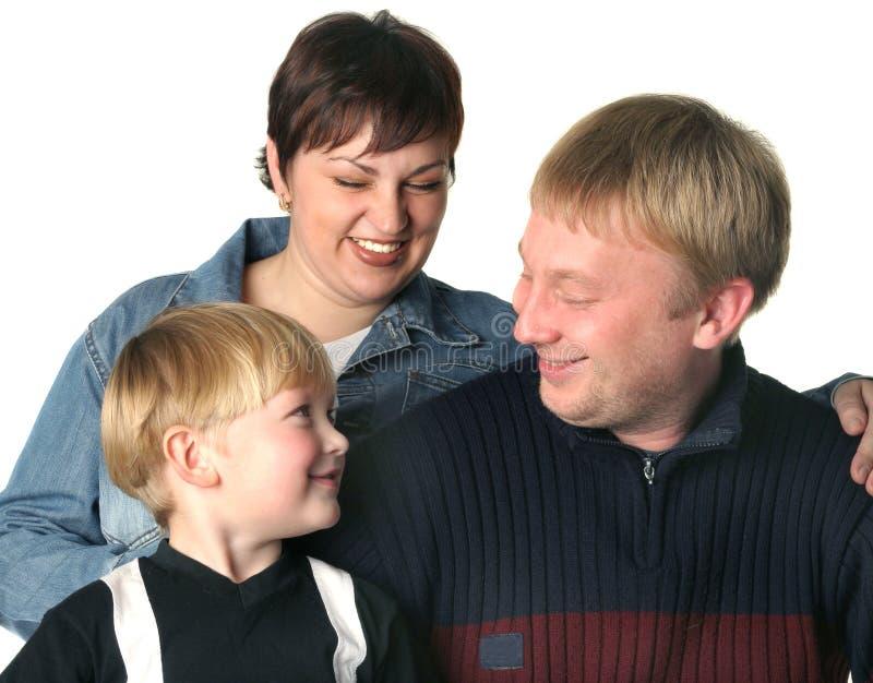 Familia amistosa. Momia el papá y el hijo.