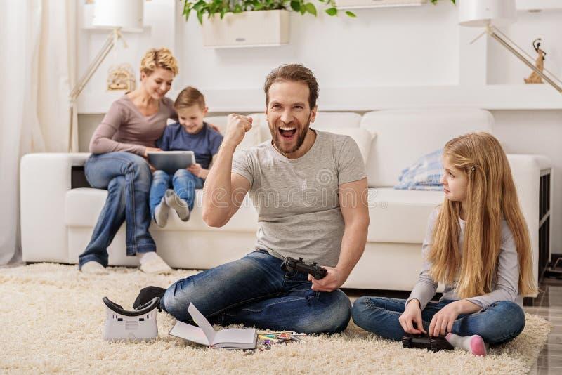 Familia amistosa que se divierte con las palancas de mando foto de archivo libre de regalías
