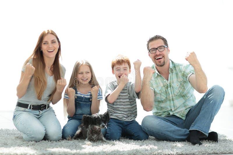 Familia amistosa que se sienta en la nueva sala de estar fotos de archivo libres de regalías