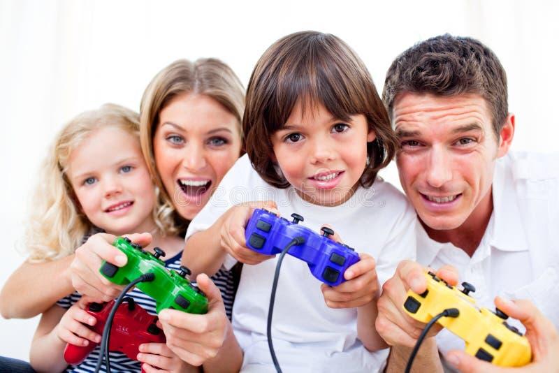 Familia Animated que juega al juego video fotografía de archivo libre de regalías