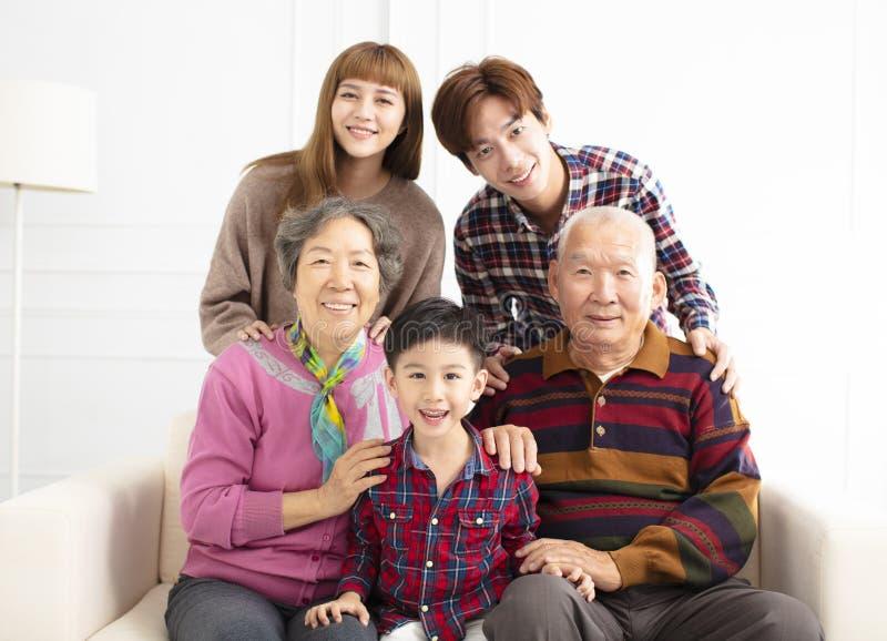 Familia asiática de tres generaciones en el sofá fotos de archivo