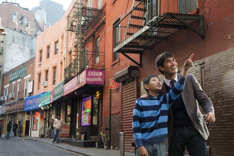 Familia asiática delante de la tienda fotos de archivo