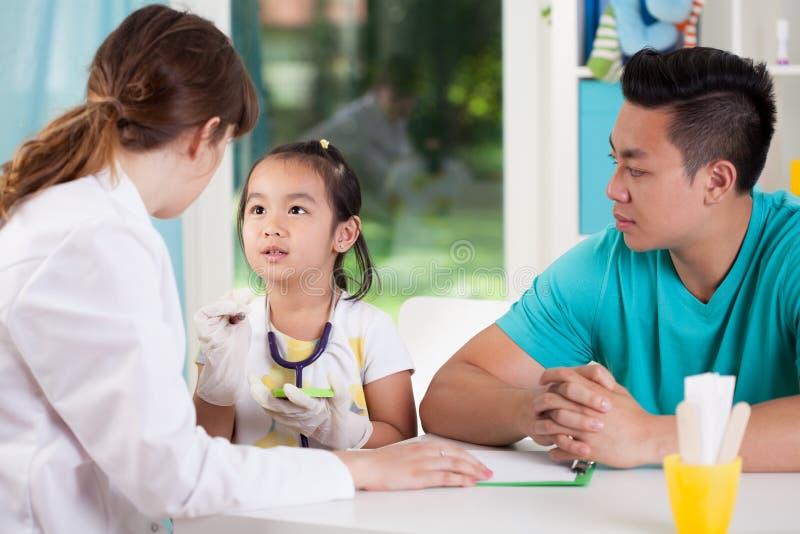 Familia asiática durante la cita médica imagen de archivo libre de regalías
