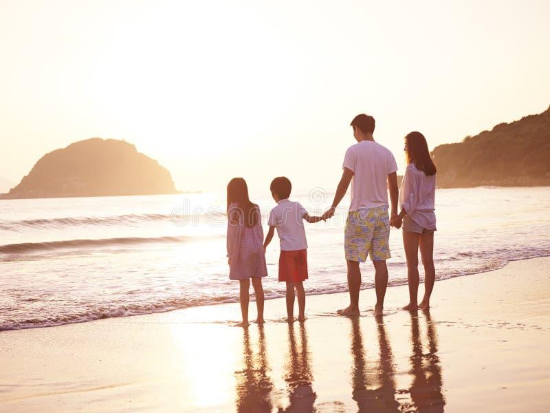 Familia asiática en la playa fotos de archivo