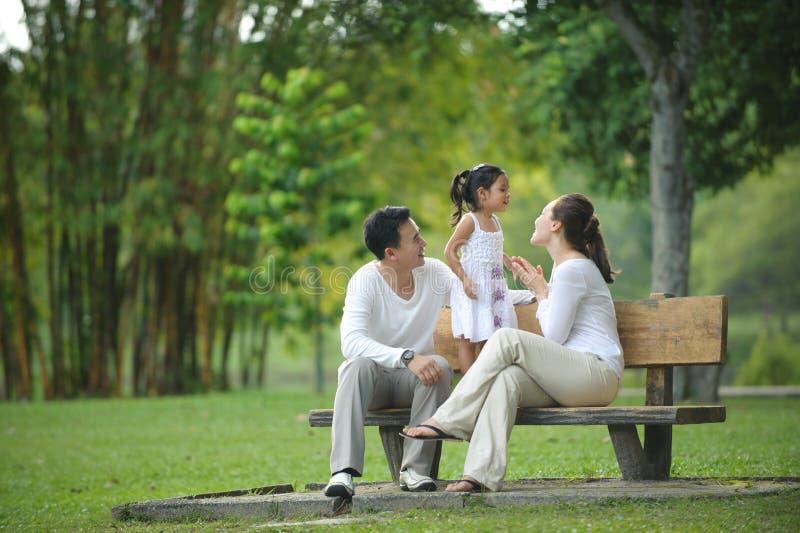 Familia asiática feliz