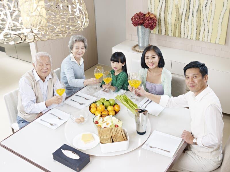 Familia asiática feliz imagen de archivo