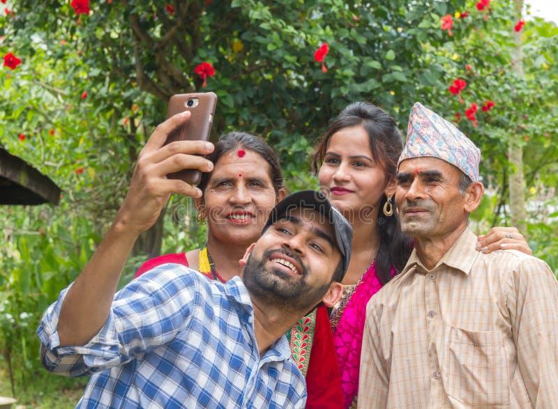 Familia asiática feliz que toma un selfie en Nepal foto de archivo libre de regalías