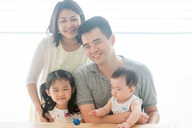 Familia asiática hermosa fotografía de archivo