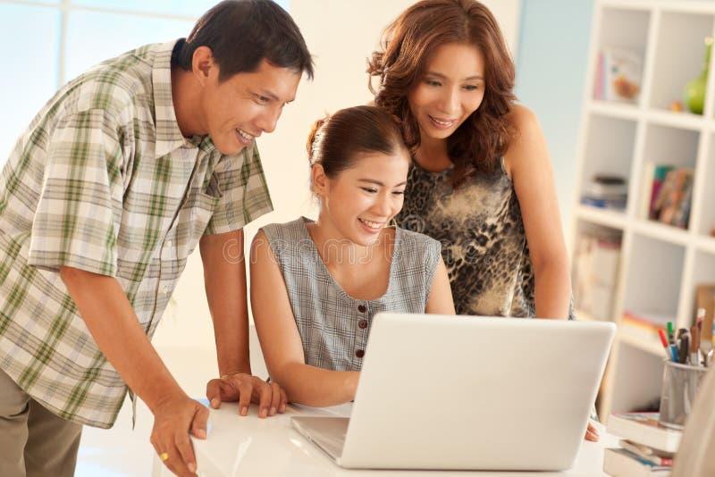 Familia asiática junto imagen de archivo libre de regalías