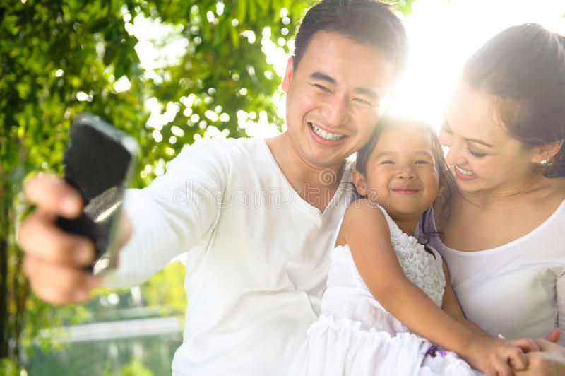 Familia asiática que toma las fotografías