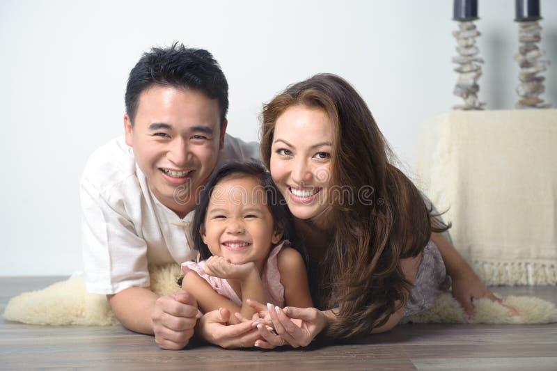 Familia asiática sonriente feliz imagen de archivo libre de regalías