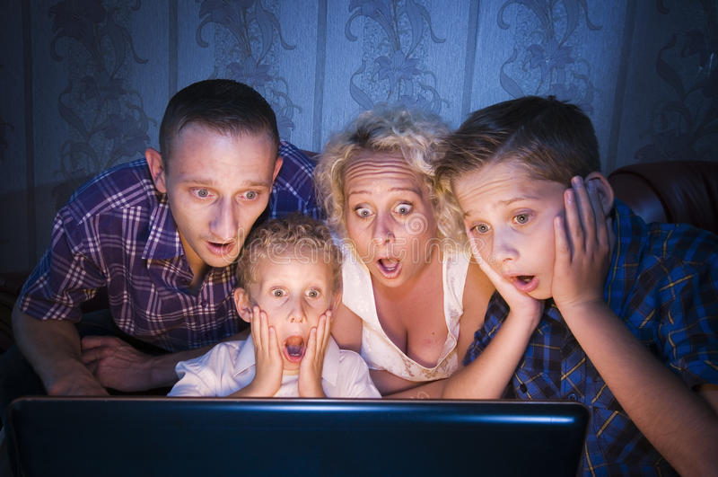 Familia asustadiza para la TV fotos de archivo