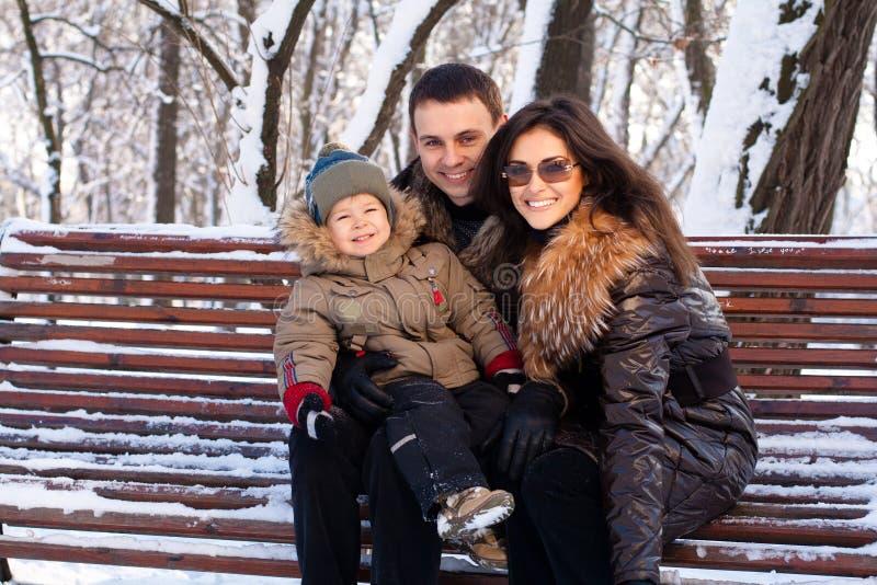 Familia atractiva en un parque del invierno imágenes de archivo libres de regalías