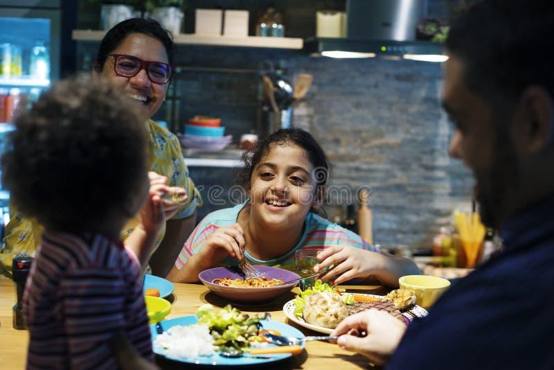 Familia brasileña que come la cena junto fotografía de archivo libre de regalías