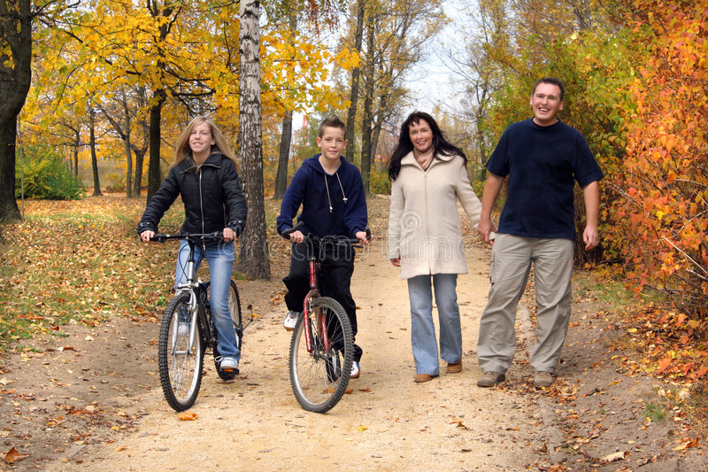 Familia - caminata imagen de archivo