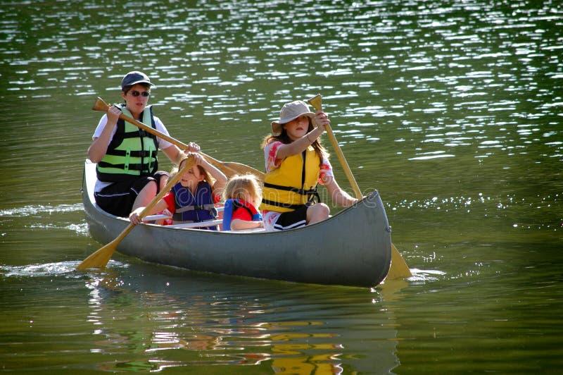 Familia Canoeing en el lago fotografía de archivo libre de regalías