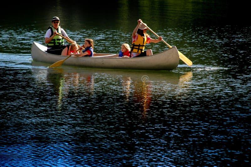 Familia Canoeing en el lago imagenes de archivo