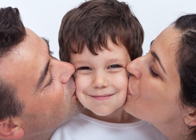 Familia cariñosa con un niño imagenes de archivo