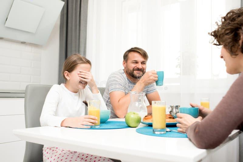 Familia cariñosa en el desayuno fotografía de archivo libre de regalías