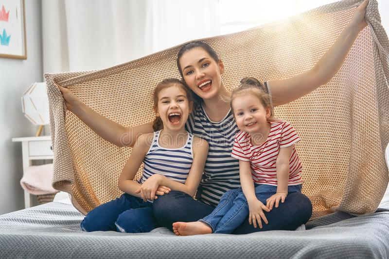 Familia cariñosa feliz imagen de archivo