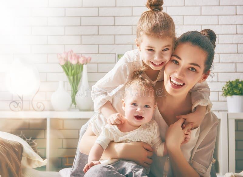 Familia cariñosa feliz imagen de archivo libre de regalías