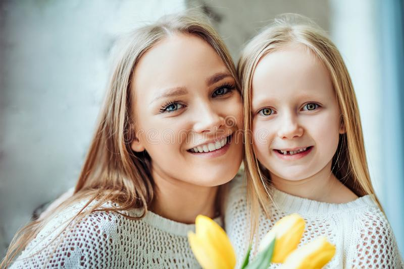 Familia cariñosa feliz Madre e hija así como el ramo de tulipanes imagenes de archivo