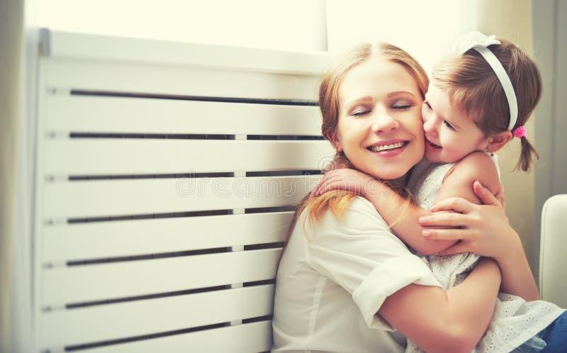 Familia cariñosa feliz madre y niño que juegan, besándose y hugg imágenes de archivo libres de regalías