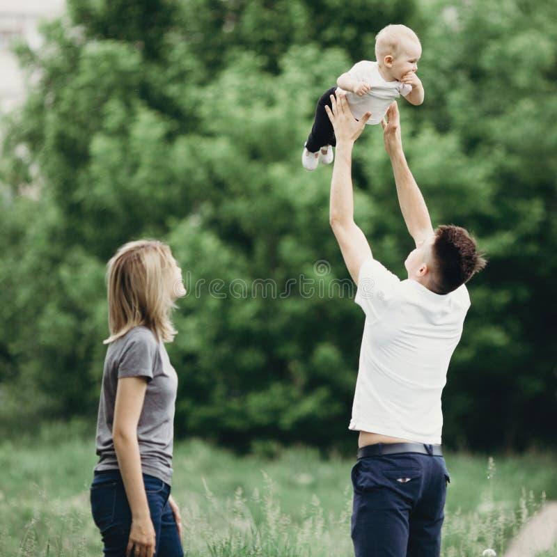 Familia cariñosa feliz que juega en naturaleza imágenes de archivo libres de regalías