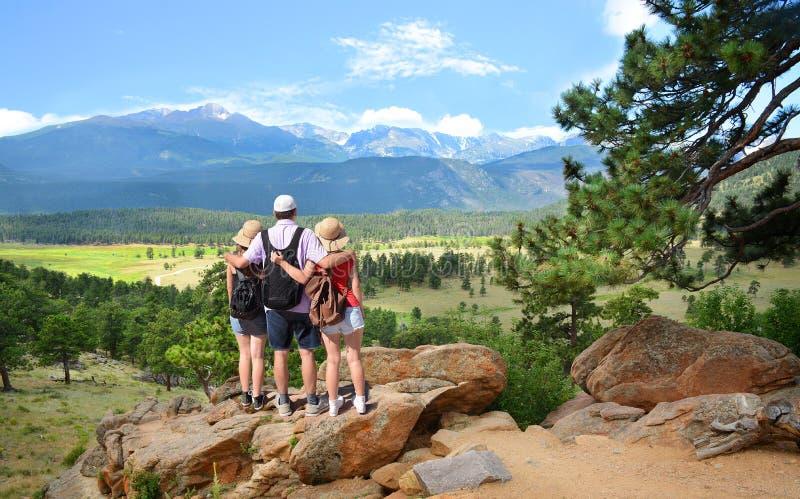 Familia cariñosa que camina el vacaciones en las montañas de Colorado imagen de archivo libre de regalías