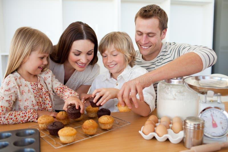 Familia cariñosa que come sus molletes foto de archivo