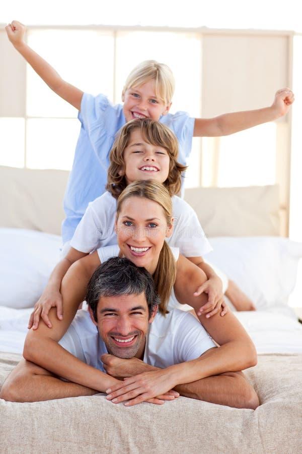 Familia cariñosa que se divierte imagen de archivo libre de regalías