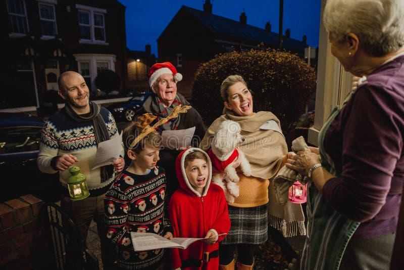 Familia Carol Singing fotos de archivo libres de regalías