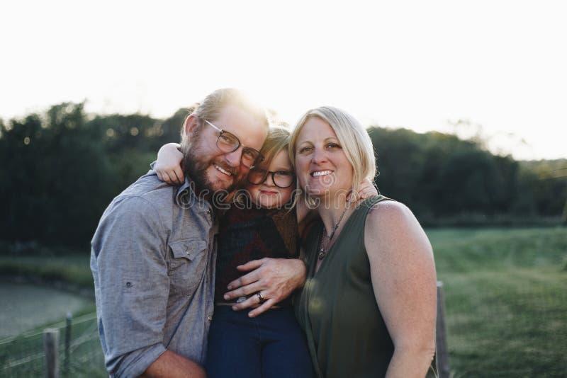Familia caucásica feliz en una granja fotos de archivo