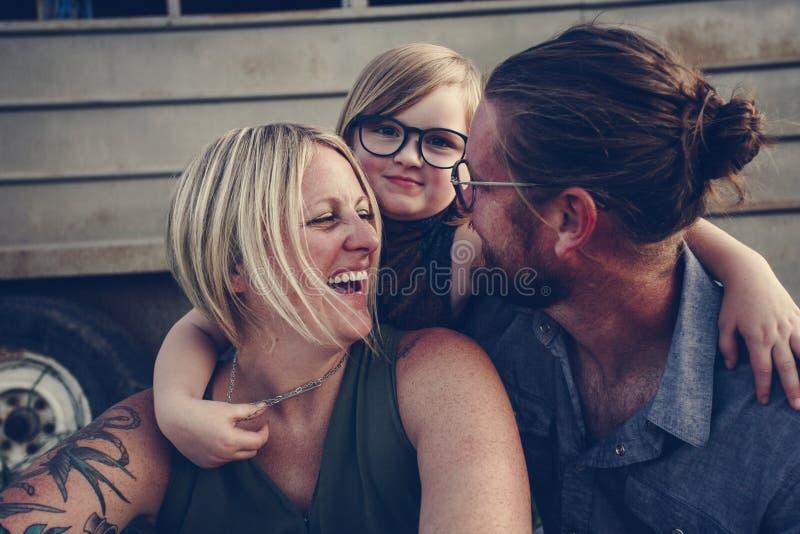 Familia caucásica feliz junto al aire libre fotografía de archivo