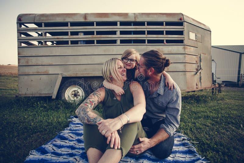 Familia caucásica feliz que tiene buen tiempo al aire libre imágenes de archivo libres de regalías